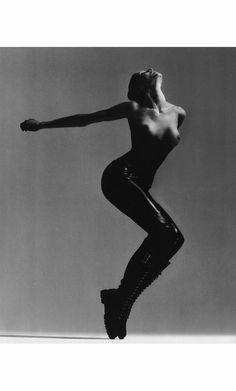 Vers l'an 2000 robe Chanel et bustier JP Gaultier. © Richard Avedon