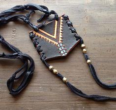 www.etsy.com/pt/listing/150565554/black-leather-necklace-01