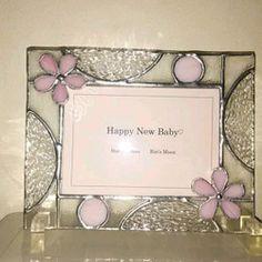 ステンドグラスのフォトフレームです。◆Lサイズ写真が縦横、どちらでも置ける用にデザインしました。母の日の贈り物に、お友達への、お誕生日、ご結婚祝いのプレゼントにいつもとは、ちょっと違うステンドグラスのプレゼントはいかがですか?◆サイズ 縦 145mm × 横 185mm ※アクリルのクリアースタンド付きです。♡Lサイズのお写真が、縦横何方にも飾れます。 窓辺のインテリアに、キラキラ輝く、ハンドメイドの贈り物は、きっとお喜び頂けるかと♥️