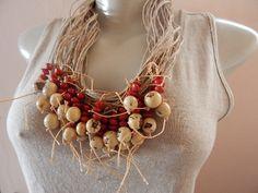 Colar feito em rami com sementes pau brasil, Um lindo acessório.Este colar possui 56 cm de comprimento aberto.