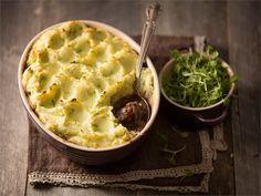 Shepherd´s Pie (suom. Paimenten vuoka) on tyypillinen englantilainen arkiruoka, joka valmistetaan useimmiten sunnuntailounaalta ylijääneestä lihasta. Tällä ohjeella valmistuu juhlavampi versio viikonloppuun tästä perinteisestä ruoasta.