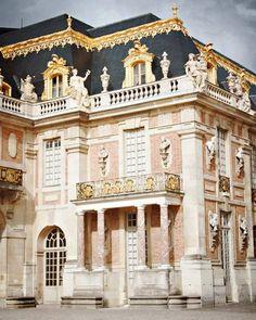 1. architect: Louis Le Vau, Jules Hardouin-Mansart en Charles Le Brun  2. Paleis van Versailles  3. 1624  4. Versailles, Frankrijk   . De essentie van deze architectuur is de uitbundigheid. Veel krullen (op het dak), goud, ronde vormen. Maar het overduidelijkste is de pracht en praal die de architect hiermee uitdrukt, de rijkdom.