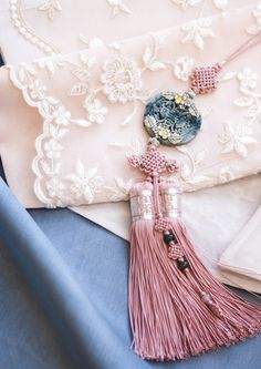 Korean Traditional, Traditional Fashion, Traditional Dresses, Jade Jewelry, Jewelry Accessories, Fashion Accessories, Korean Jewelry, Korean Hanbok, Kanzashi