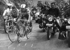 Poulidor en Anquetil. Schouder aan schouder strijdend. Volg @touretappe voor de heroïek en meer.