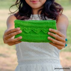 Easy Peasy Purse | Crochet clutches are so key for the summer