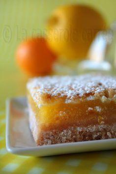 This looks so good! Now to find someone to translate the recipe for me! - LA CASSEROLE CARRÉE: Carrés au citron extra acidulés