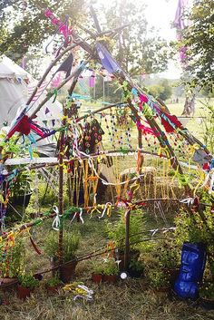 Wilderness festival children's area branches decoration – natural playground ideas Outdoor Play Spaces, Outdoor Art, Outdoor Play Kitchen, Eyfs Outdoor Area, Natural Play Spaces, Outdoor Centre, Party Outdoor, Reggio Emilia, Outdoor Learning
