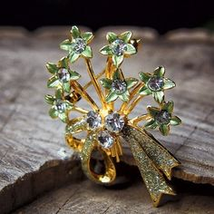 Bring your garden with you with this Green Flower Brooch  #craft365.com