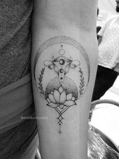 Linhas orgânicas, espiritualidade, inspiração no feminino e na natureza são traços marcantes no trabalho da fantástica tatuadora brasileira Mari Kuroyama.