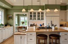 Szigetes fehér konyhabútor zöldre festett konyha