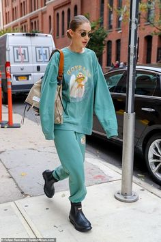 Gigi Hadid makes a statement in a sweatsuit that reads 'boys lie' after split from Tyler Cameron Style Gigi Hadid, Gigi Hadid Outfits, Moda Streetwear, Streetwear Fashion, Winter Outfits, Casual Outfits, Cute Outfits, Style Invierno, Look Fashion