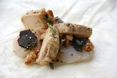 Aumônière de brick aux noix de saint-jacques et foie gras à la truffe noire du périgord, noix concassées et ciboulette.