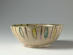 Anonymous | Kom met herten en ornamenten in geel, groen en bruin, Anonymous, c. 900 - c. 1000 | Kom van aardewerk gedecoreerd met mangaanbruine slib naast groene en gele loodglazuren op een engobe van cremekleurige slib.