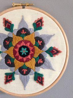 Diseño de un mandala original bellamente ornamentado, cuidadosamente bordadas…