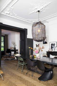 Binnenkijken bij AAI made with love Loods 5 Eclectic home Black And White Living Room Decor, White Decor, Black Decor, Deco Design, Design Trends, Design Ideas, Dining Room Design, Living Room Chairs, Dining Rooms