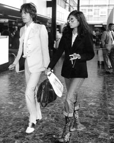Mick and Bianca Jagger at London airport before departure for USA tour of the Rolling Stones, Fashion Gone Rouge, 70s Fashion, Love Fashion, Vintage Fashion, Seventies Fashion, Bianca Jagger, Mick Jagger, Plane Outfit, Looks Style
