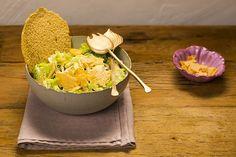 A receita clássica das délis norte-americanas ganha um toque de novidade com o crocante de parmesão fazendo as vezes de crouton. Versátil, essa salada pode servir de entrada ou de prato principal.