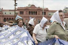 Inauguración de exposición de pancartas de Madres de Plaza de Mayo en el Parque de la Memoria