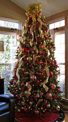 45 Rustic Christmas Tree decorating ideas so that your holiday decoration seems just right – Saudos Family tree. More from my Breathtaking Christmas Tree Ideas Your Family Will Love Red And Gold Christmas Tree, Elegant Christmas Trees, Christmas Tree Inspiration, Gold Christmas Decorations, Ribbon On Christmas Tree, Christmas Tree Design, Christmas Tree Themes, Rustic Christmas, Christmas Diy