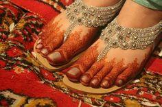 How beautiful are Indian Wedding details ❤ Wow Wedding, Sangeet Mehndi / Mehendi and bejeweled chappals / jhuttis (Indian flats) on feet on the Indian Bride, via Foot Henna, Hand Mehndi, Wedding Mehndi Designs, Best Mehndi Designs, Leg Mehendi Design, Mehndi Desighn, Mehndi Tattoo, Henna Tattoos, Beautiful Henna Designs