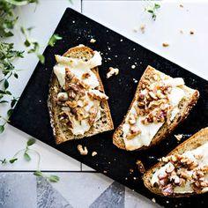 Vuohenjuusto-pähkinäleivät | K-Ruoka French Toast, Dairy, Favorite Recipes, Cheese, Breakfast, Ethnic Recipes, Parties, Food, Breakfast Cafe