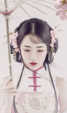 Simply dressed in traditional wear - Chinese Ideen Hanfu, Traditional Fashion, Traditional Dresses, Ancient Beauty, China Girl, Foto Art, Chinese Clothing, Oriental Fashion, Chinese Culture