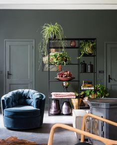 Make-over Monday! Stylist Frans from mixed classic with a retro touch in the characteristic farmhouse of Mark and Thijs. Small Apartment Living, Small Apartments, Home And Living, Living Room, Green And Grey, House Warming, Sweet Home, Beautiful Homes, New Homes