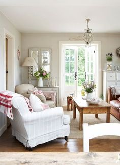 Stunning country cottage and farmhouse decor ideas. Dagmar's Home, DagmarBleasdale.com #country #cottage #livingroom #farmhouse #white