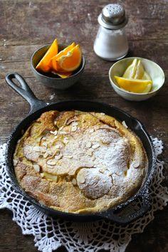 Eplepannekake eller 'apple dutch baby' som den også er kjent som er en lekker frokost eller dessert bestående av stekte epler bakt i en pannekakerøre.