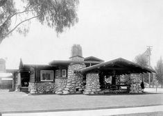 Very good early photo shows Parsons House (Heineman & Heineman, on its original site in Pasadena, CA. There were several of these beautiful River Rock houses where I grew up not far from Pasadena. I always loved them. Craftsman Exterior, Bungalow Homes, Craftsman Style Homes, Craftsman Bungalows, Craftsman House Plans, Building A Cabin, Building Ideas, Mission Style Homes, Arts And Crafts House