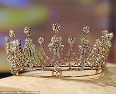"The Mike Todd Diamond Tiara - A gift for Elizabeth Taylor from her husband Mike Todd. Taylor quoted, ""When Mike gave me this tiara, he… Royal Tiaras, Tiaras And Crowns, Royal Jewelry, Vintage Jewelry, Luxury Jewelry, Gold Jewellery, Elizabeth Taylor Jewelry, Mike Todd, Diamond Crown"