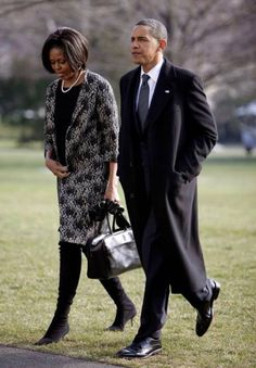President Barack Obama and first lady Michelle Obama walk across the South Lawn of the White House in Washington, Tuesday, Jan. Presidents Wives, Black Presidents, Greatest Presidents, American Presidents, Barak And Michelle Obama, Barrack And Michelle, Barack Obama Family, Obamas Family, Presidente Obama