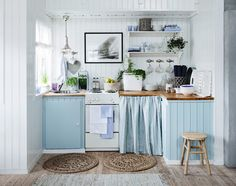 This relaxing sea side cottage kitchen: nice decor for a small kitchen Beach Theme Kitchen, Cozy Kitchen, Kitchen Decor, Small Space Kitchen, Home Decor, Cottage Kitchen, House Interior, Home Kitchens, Cottage Kitchens