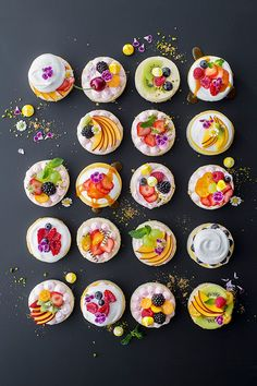 Mini cheesecakes with fruit topping and meringue. No-Bake! Guaranteed a simple recipe. The post Ingeniously simple: mini-cheesecakes! appeared first on Dessert Factory. Mini Cheesecakes, Mini Desserts, Gourmet Desserts, Plated Desserts, Tart Recipes, Dessert Recipes, Fruit Recipes, Cupcake Recipes, Summer Fruit