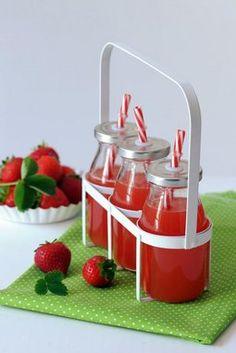 Jahodové osvieženie ideálne na detskú párty. Jahodový sirup pripravíte jednoducho a rýchlo s Cukrom na sirup Dr.Oetker. Raspberry, Strawberry, Fruit, Food, Syrup, Essen, Strawberry Fruit, Meals, Raspberries