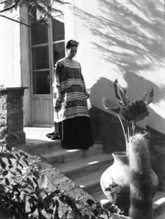 Frida Kahlo walking downstairs in the Blue House, Coyoacan, Mexico, Frida Y Diego Rivera, Frida E Diego, Frida Art, Mexican Artists, Mexican Folk Art, Friday Kahlo, Fiction, My Muse, Mo S