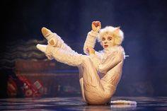CATS, Le Musical au #ThéâtreMogador vu par Ma Sérendipité | Démonstration féline d'un mistigri blanc qui retombe sur ses pattes #spectacle  #sorties  #musical  #comédiemusicale
