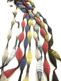 Sautoirs Omana - Issus d'un savoir-faire français unique, les produits Tzuri Gueta sont réalisés entièrement à la main dans un atelier parisien au Viaduc des Arts.  Technique inédite mêlant le textile au silicone.