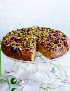 Pistachio and almond cake with cranberries. A sugar and spice bake for Easter, delicious served warm as a pudding with ice cream. Cupcakes, Cupcake Cakes, Baking Recipes, Cake Recipes, Dessert Recipes, Just Desserts, Delicious Desserts, Bolo Grande, Think Food