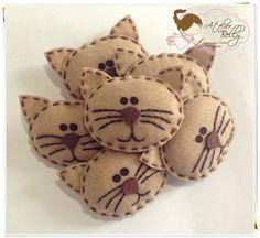 Little felt cat faces Felt Crafts Patterns, Fabric Crafts, Sewing Crafts, Felt Christmas Ornaments, Christmas Crafts, Craft Projects, Sewing Projects, Felt Decorations, Felt Cat
