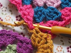 Detailed photo tutorial on how to crochet a granny square for absolute beginners. Crochet Chart, Crochet Stitches, Crochet Hooks, Crochet Blankets, Crochet Patterns, Crochet Squares, Crochet Granny, Easy Crochet, Knit Crochet