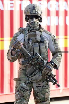 Australian commando from the 2nd Commando Regiment during training in Brisbane 2016. [800 x 1200]