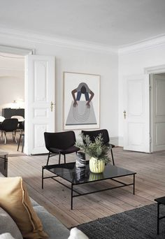 12 juin 2019 - I'm dividing my 3 Days of Design highlights into two posts grouped around themes. First, spaces showcasing contemporary furniture in historic settings. Contemporary Interior, Modern Interior Design, Interior Styling, Living Room Designs, Living Room Decor, Dining Room, Estilo Interior, Design Apartment, Diy Décoration