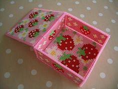 またりおたんのリクエストでアイロンビーズ作品作りました~(^^;) 今回は蓋付きの小箱です。今回は図案は無く、ネットで紹介されていた作品を見て、大体... Melty Bead Patterns, Pearler Bead Patterns, Beading Patterns, Pixel Beads, Fuse Beads, Diy Perler Beads, Perler Bead Art, Hamma Beads Ideas, Plastic Canvas Ornaments