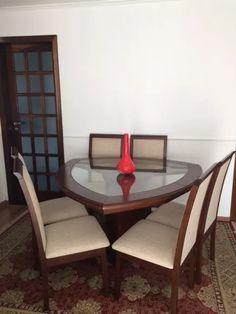 mesa triangular com cadeiras