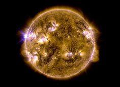 Imagem divulgada pela Nasa mostra fortes erupções que aconteceram no sol nos últimos dias.