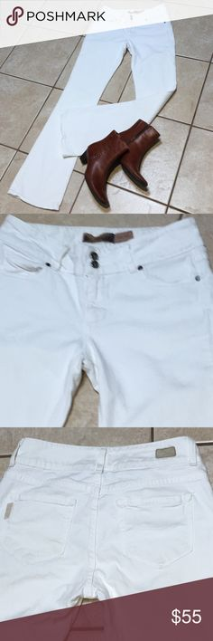 """Paige Hidden Hills white jeans I'm selling a pair of Paige white jeans... these are perfectly suited for that effortless vibe alluring that you live in a winter wonderland.  Pair this with your favorite sweater, pull up boots and you're just created the perfectly relaxed presence...rise 8"""" inseam 34"""" Love the extra wide waistband with the double buttons..Great touch Paige Jeans Straight Leg"""
