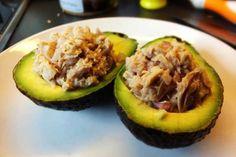 Thunfisch-Avocado Hälften mit Limettensaft und Zwiebeln ➤ Ein leckerer Snack für zwischendurch oder zum Mittagessen ➤ Unbedingt ausprobieren.