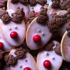 Christmas reindeer biscuits with Tiny Teddies! Xmas Food, Christmas Cooking, Christmas Love, Christmas Desserts, Diy Christmas Gifts, Christmas Treats, Christmas Decorations, Christmas Reindeer Biscuits, Cute Snacks