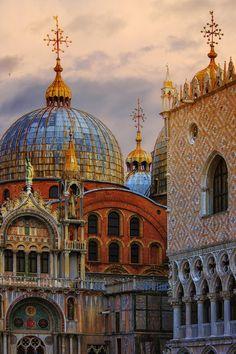 Colores. Basílica de San Marcos y Palacio Ducal. http://www.venecia.travel/lugares-para-visitar/plaza-san-marcos/ #Venecia #turismo #viajar